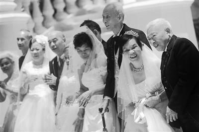 执子之手与子偕老 澳门凯旋门夜场为老夫妇拍婚纱照