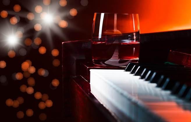 外界大家会把钢琴酒吧跟夜场视为一样的呢?