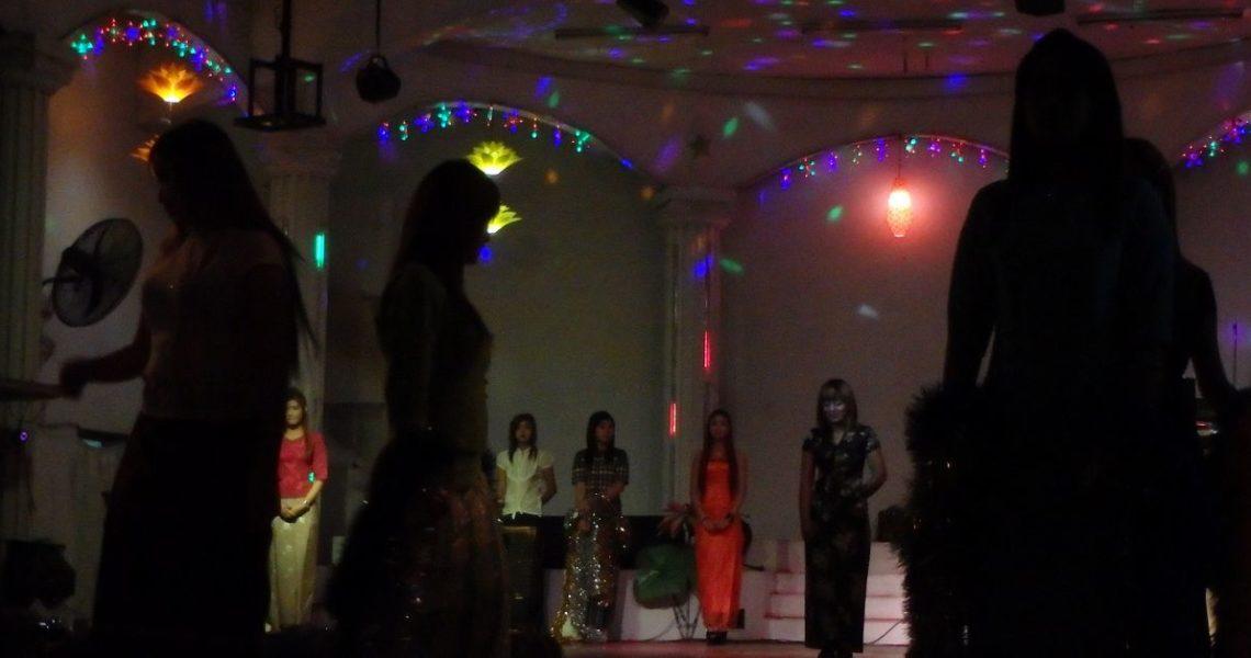夜场女孩也有排行榜的,想寻美色找艳榜,欣赏技艺看艺榜。