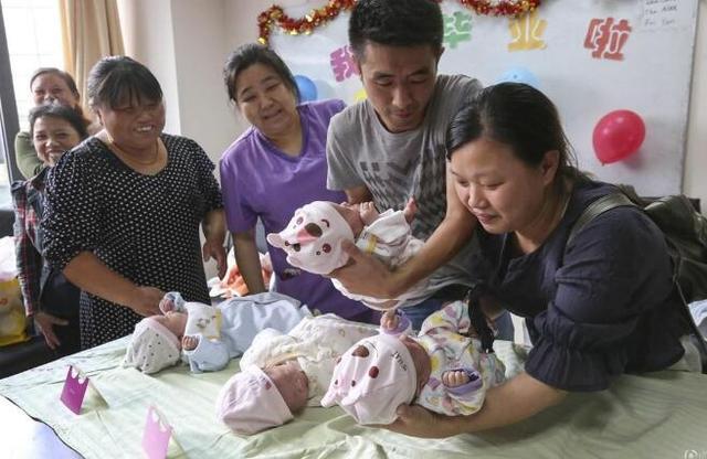 产妇进产房,陪产家属有20人,孩子出生后大家都明白原因了